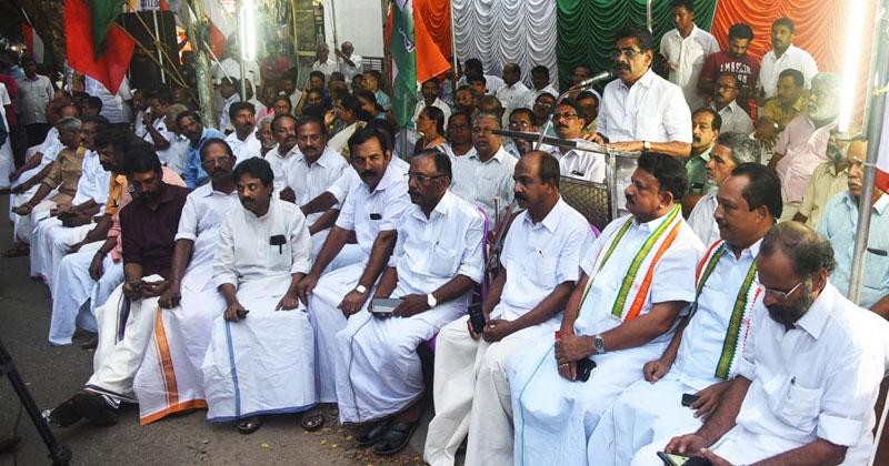 Vijayan-Thomas-Congress Dharna
